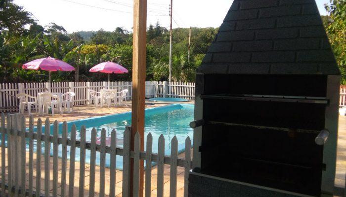 1 piscina para 1 1 para criança com churraqueira ao lado